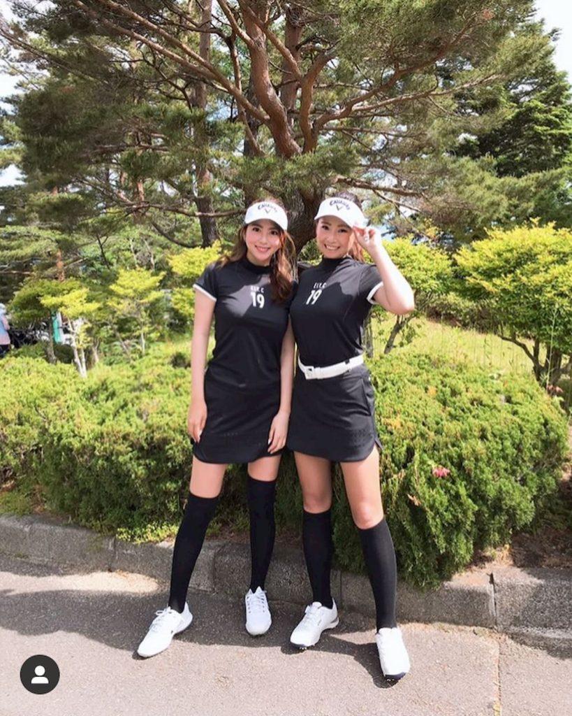 ゴルフ女子の白と黒のモノトーンコーデ